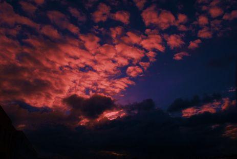Mirando las nubes y buscando la pregunta a una respuesta que no conozco.