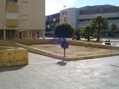 Casi 500 euros de IBI  y nuestro querido Ayuntamiento nos premia con estos espectaculares jardines.