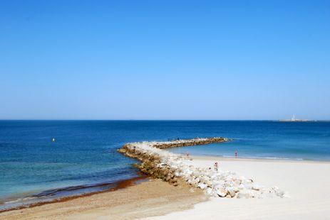 el espigón nos protege de las corrientes del mar.