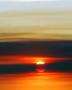 Me  pongo a mirar el sol, porque su brillo me hace recordar tu amor.
