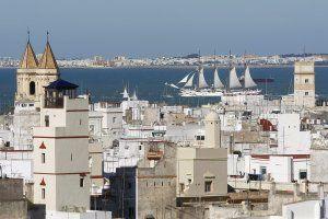 Elcano navega por la capital gaditana