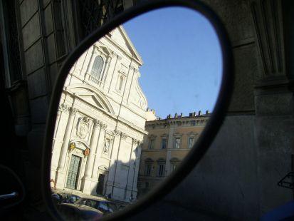 El Gesú de Roma desde el retrovisor de una Vespa