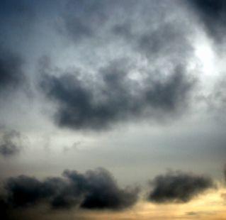 Nubes negras y amenazadoras se aproximan por el norte.