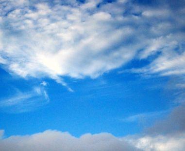 El azul del cielo y la blancura de las nubes.