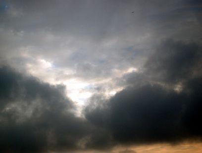Sombras que corren a la cubierta de las nubes que pasan por el sol