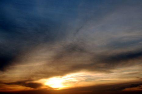 Cuando el Sol se esconde del todo y deja de dar luz, es el anochecer.