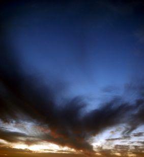 Levantó el rostro al cielo y observó las nubes algodonosas que sobre ella  danzaban.