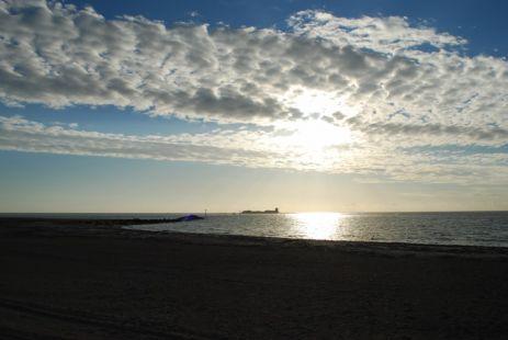 Un castillo de blanca arena con vista al mar
