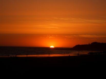 Veo el sol, la arena y el mar.