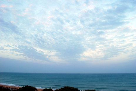 Mar del amanecer, mar que eres niño, rosado por la aurora, movido por el viento