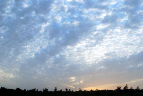 El lugar, ya amanecido, con el sol subiendo