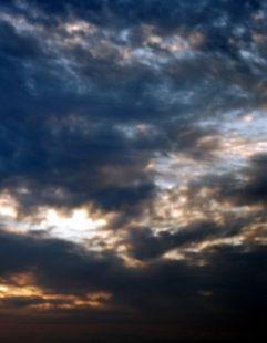 Cielo azul con nubes de violeta.