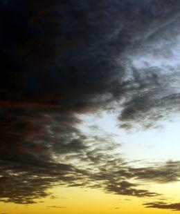 El sol joven  y fuerte ha vencido a las nubes que se alejan impotentes.