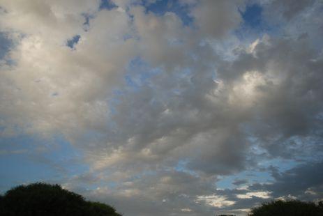 nubes expandidas en el horizonte.
