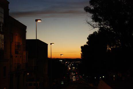 Algo de luz en una oscura avenida.