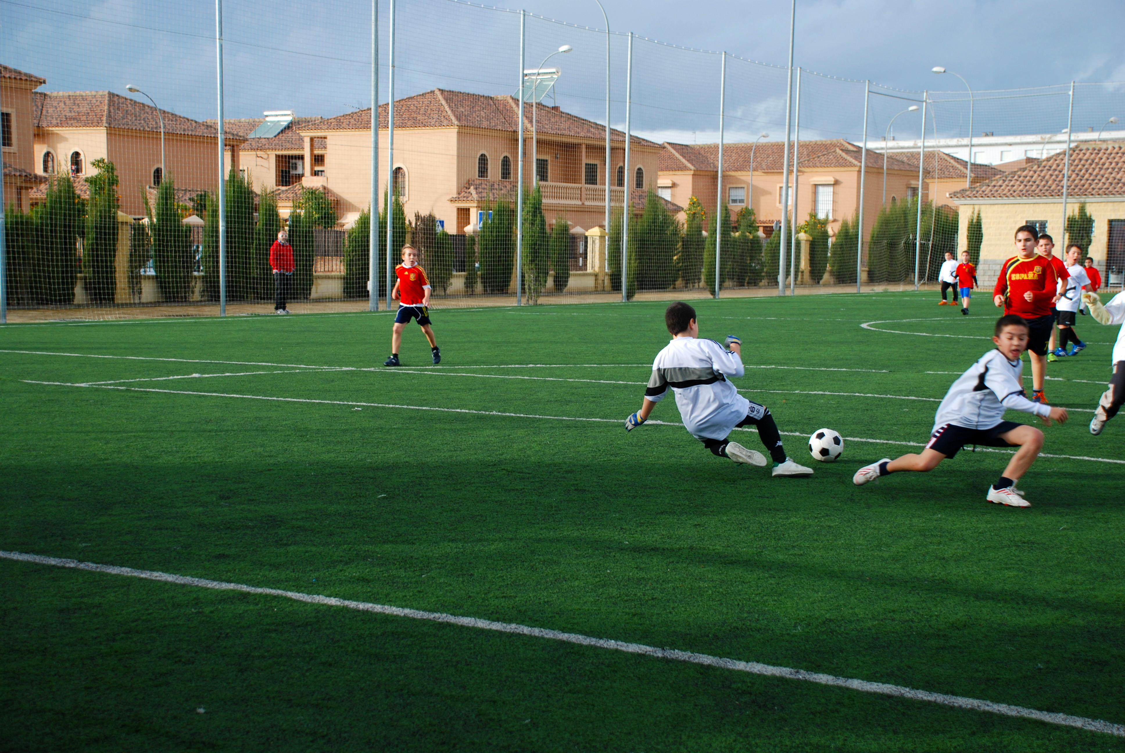 Ninos Jugando Al Futbol Fotos De Deportes