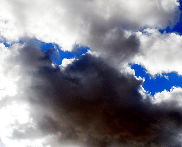 Un claro en las nubes los rayos de sol atravesando las nubes oscuras.