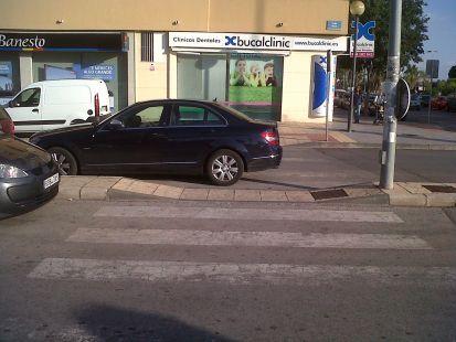 No tiene más cara porque no puede, en zona peatonal aparcan la gente así como así.