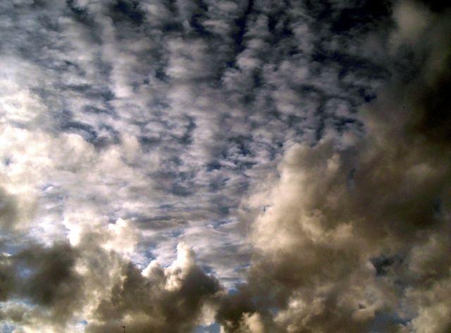 Tejiendo el cielo de nubes.