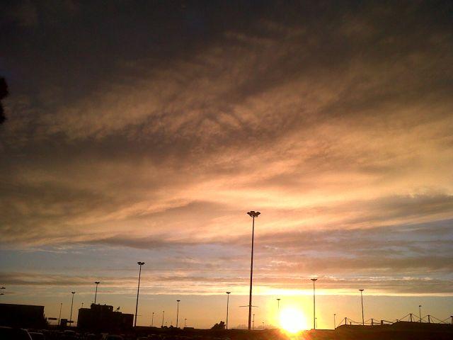 Después de un día nublado y lluvioso, sale el sol para hacer su magia, el atardecer.