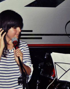 Jóven cantante 18 años.