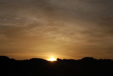 Al caer la tarde, espero tu llegada Así como la noche espera a las estrellas.